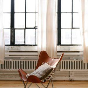 Stol vid ett fönster